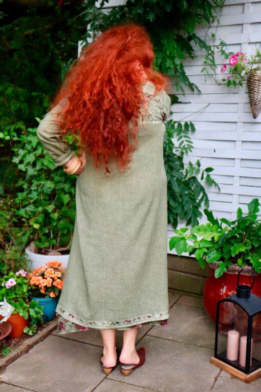 Langærmet kjole i støvet grøn med blomsterprint og broder. Maxikjole i blød bomuldskvalitet.