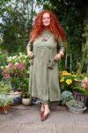 Skøn langærmet kjole med blomster,blonder og broderi i støvet grøn. Perfekt til lune sommeraftner og kolde vinterdage.