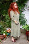 Støvet grøn langærmet kjole med blomsterprint og broderi. Lang kjole i 2 lag naturlig blød bomuld.