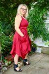 Briseis - Lækker rød ballonkjole. Perfekt både til hverdag og byen.