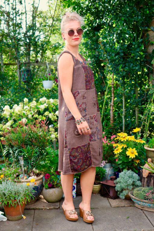 Flot etnisk boho kjole i en kaffebrun farve med blomster print og broderi.