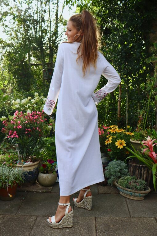 Ethnic caftan in white with embroideries at the sleeves and in the front.
