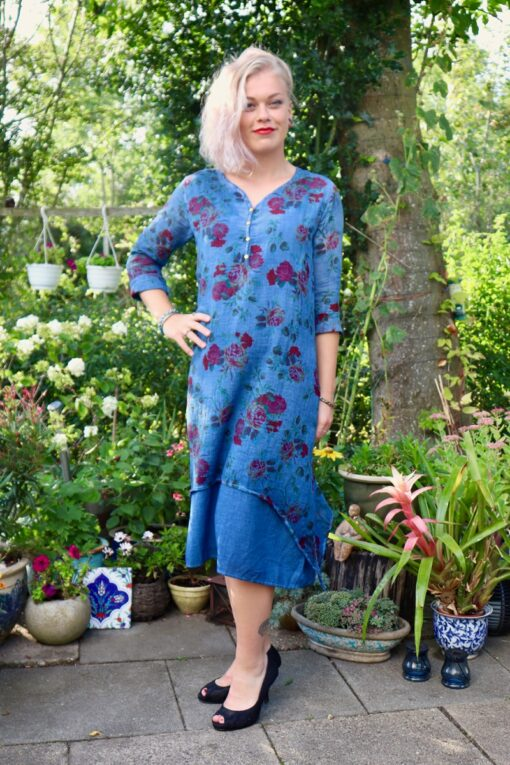 Hot chic style dress with long sleeves. Blue colors and floral print perfect for the fall.