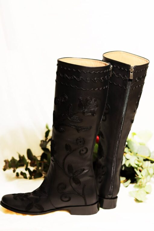 Zukki - Elegant knee-high leather boots with a unique flower design. Perfect for the weekdays or a night out.