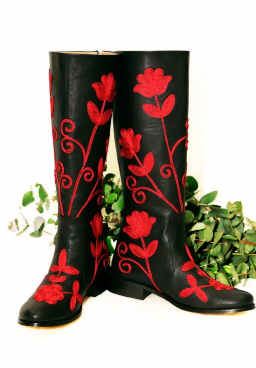 Langskaftet læderstøvle i sort med røde blomsterbroderier. Håndlavet kvalitet