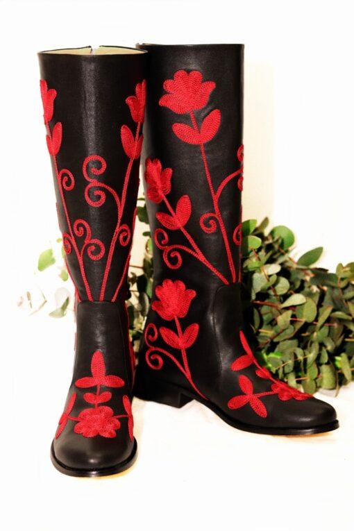 Unik langskaftet læderstøvle i sort med røde blomsterbroderier i suzani stil. Perfekt til en farverig hverdag eller en aften ude.