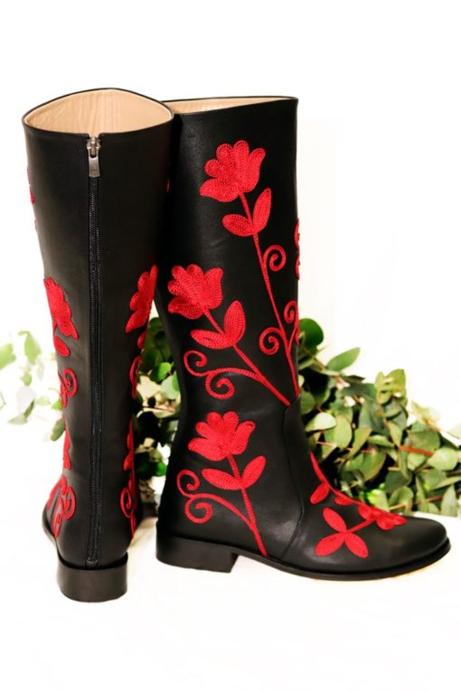 Lang sort læderstøvle med håndlavet rødt broderi i blomster mønster