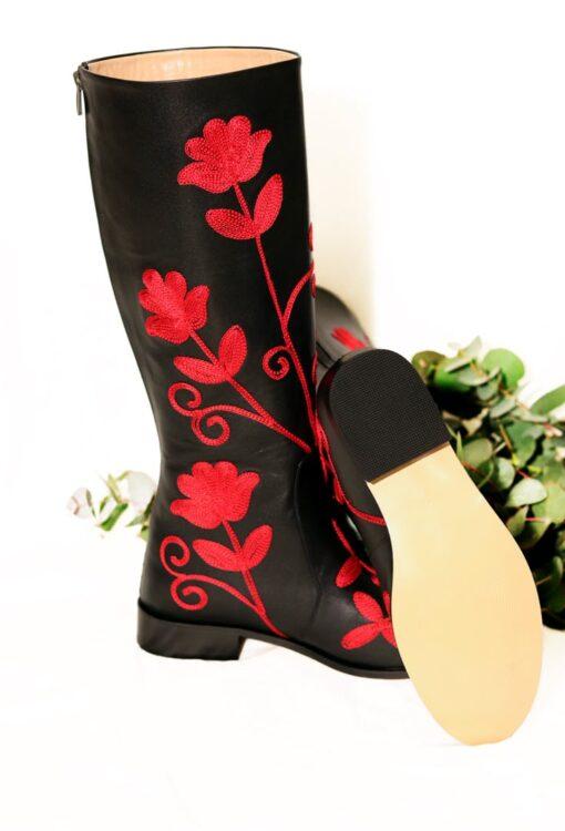 Elegant langskaftet læderstøvle i sort med røde blomster broderier