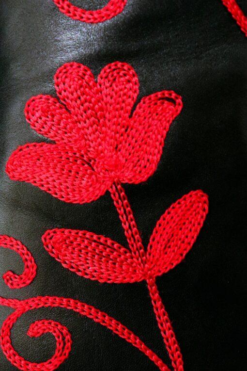Nærbillede af rød broderet blomst på en flot håndlavet læderstøvle