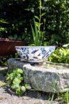 Håndlavet unik keramik skål i hvid med skønne blå blomstermotiver i elegant design