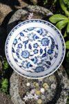 Unik keramik skål i hvid med skønne blå blomstermotiver