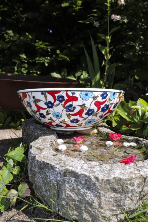 Smuk håndlavet keramik skål med røde og blå blomstermotiver på en hvid baggrund. Blyfri kvalitet og perfekt til salater eller frugt