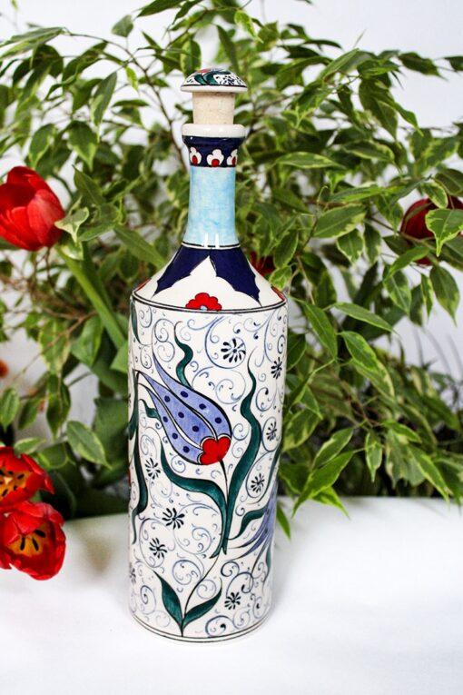 Håndlavet keramikflaske til olier, med motiver af tulipaner i blå og røde farver og et flot hånddekoreret låg.