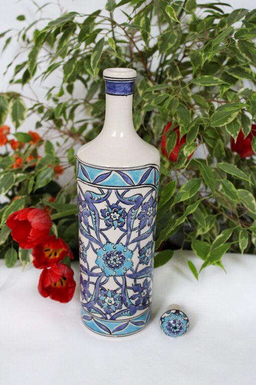 Keramik flaske dekoreret med blå blomster. Bly og cadmium fri og velegnet til opbevaring af olier i køkkenet. Flot gaveide.