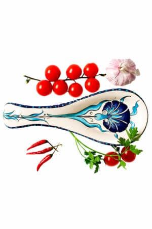 Trendy og praktisk skeholder i keramik med motiv af en nellike i en flot blå og turkis farve på hvid baggrund. Til opbevaring af køkkenredskaber og serverings bestik