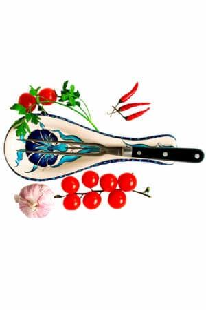 Elegant håndlavet skeholder med enkelt organisk motiv af blå nellikeblomst på hvid baggrund. Til praktisk brug af bestik og køkkenredskaber.