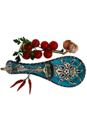 Spoon holder in Oriental style in handmade sturdy ceramics. Illustrated with floral motifs on a turquoise background