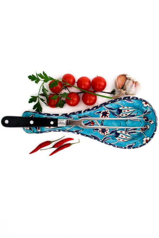Elegant and practical spoon rest for your kitchen utensils. Tulip motifs in red, blue and white on a turqouise backdrop