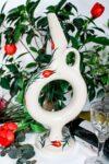 Cirkel formet Hittitisk vin karaffel i håndlavet keramik. Hvid med enkle røde tulipan motiver. Til brugskunst.
