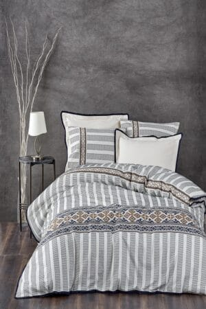 Elegant sengesæt til dobbeltdyne i økologisk bomuld med skønne etnisk inspireret mønstre og motiver. Hvid med blå, sorte og gyldne farver