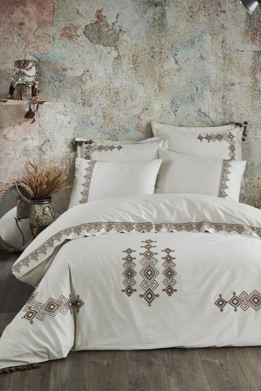 Økologisk sengetøj til dobbeltdyne i 100% bomuldssatin. Eksklusivt design i lys farve med gyldenbrune broderier og motiver