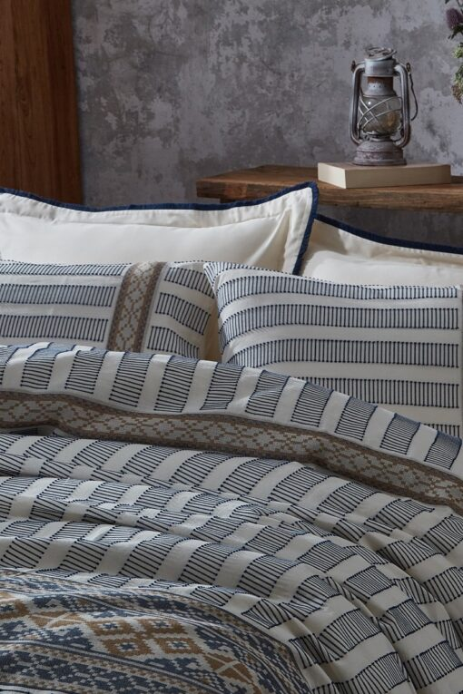 Patterned exclusive bed linen in organic cotton with embroidery and colorful motifs
