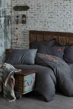 Eksklusivt sengetøj i antracit grå med håndlavede broderier i røde,rosa og grønne nuancer. Økologisk bomuldssatin til dobbeltdyne.