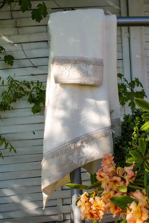 Blødt cremefarvet og økologisk certificeret håndklæde sæt med broderi kant forneden i khaki farvet