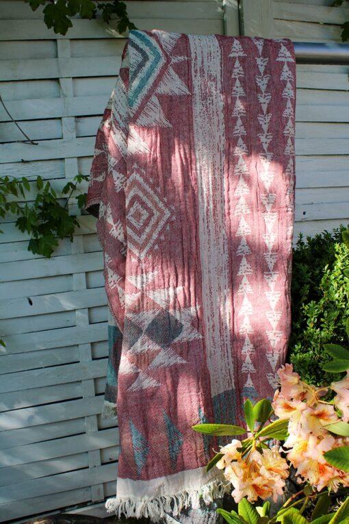 Økologisk peshtemal håndklæde i rødlige nuancer og geometriske mønstre. Lækker blød kvalitet