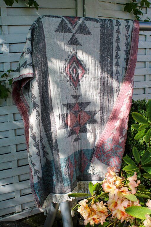 Stort blødt økologisk hammam håndklæde i jacquard mønster. Rødlige nuancer på den ene side og lys sand /lys grå på den anden - med geometriske mønstre