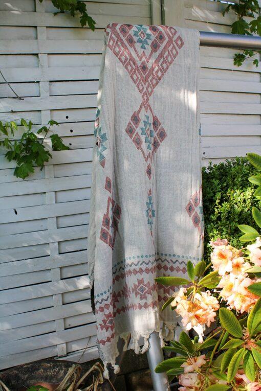 Flot tyrkisk hammam håndklæde med skønt farverigt design i jacquard mønster. Cremefarvet med rødlige og grønne geometriske motiver