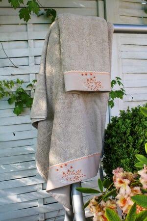 Lækkert beige håndklædesæt med enkle smukke håndlavede broderier i en støvet orange nuance.