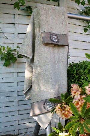 Elegant økologisk bomulds håndklæde sæt i beige med enkle håndbroderede motiver på borten
