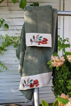 Unikt håndklædesæt i støvet olivengrøn med skønne håndlavede broderier og små pomponer