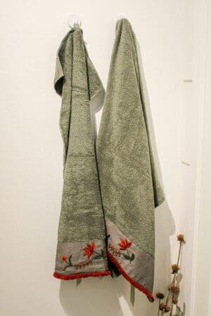 Flot støvet grønt håndklædesæt i økologisk bomuldsfrotte med håndlavet broderibort med røde blomstermotiver