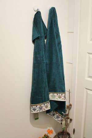 Økologisk håndklædesæt med flot printet bort forneden. Petroleumsfarve i tyk blød kvalitet