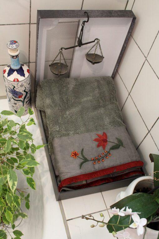 Luksus håndklædesæt med håndlavet broderi i dekorativ gaveæske