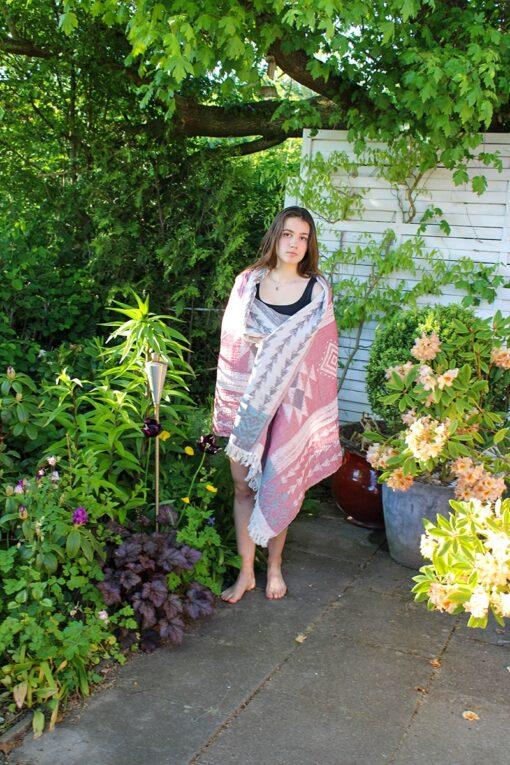 Peshtemal håndklæde i grå og rød med geometriske motiver
