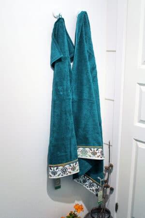 blågrønt håndklædesæt med detaljeret print i bunden