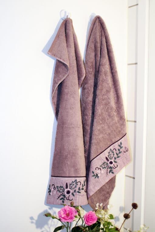 Økologisk håndklædesæt med håndlavet broderi forneden. Støvet rosa med bort.