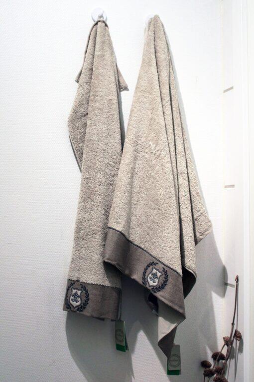 beige håndklædesæt med håndbroderet bort