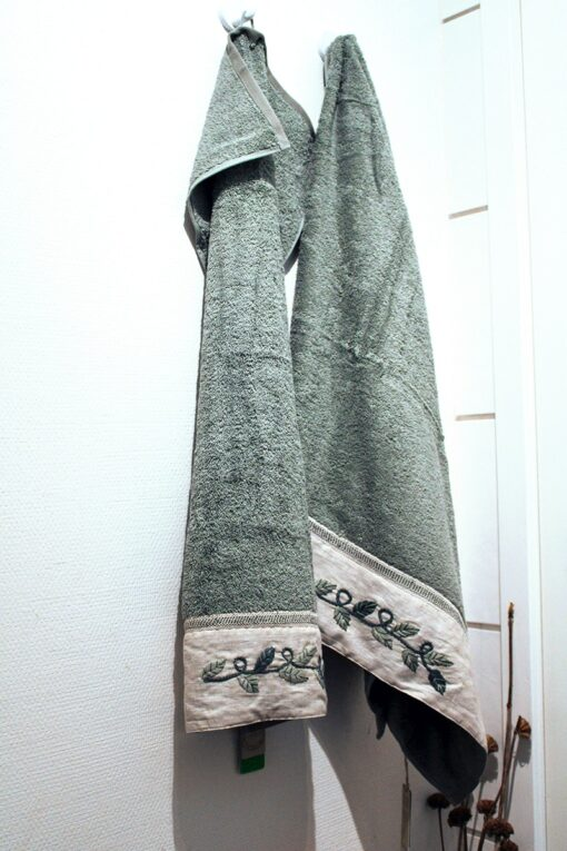 lyseblåt håndklædesæt med naturbroderier