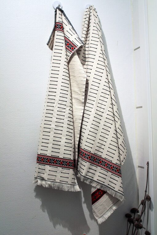 Towel set with detailed red patterns