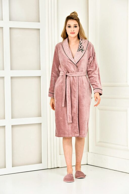 Exclusive bathrobe in soft organic cotton with handmade embroidery at the collar