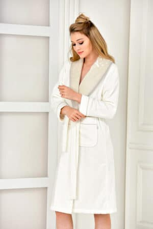 Luxurious bathrobe in white with handmade embroidery