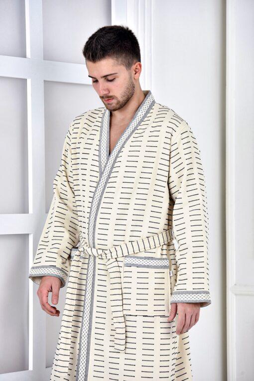 Elegant herre badekåbe i lys natur farve med grålige borter og sorte stiplede linjer. Trendy etnisk stil
