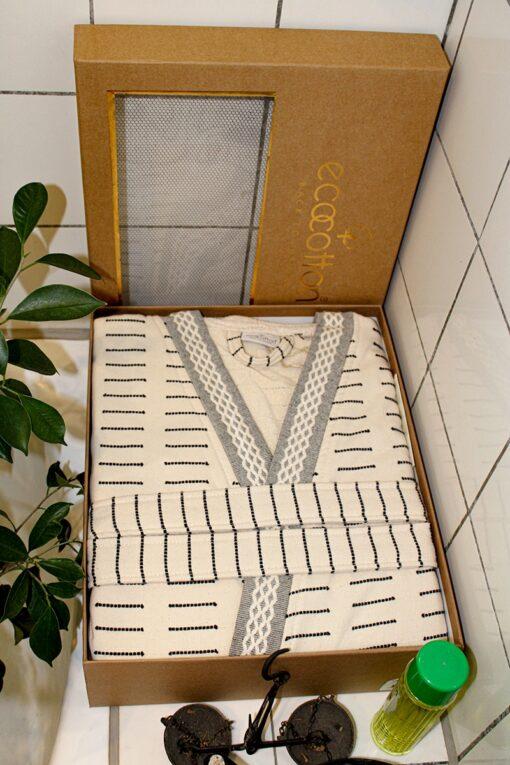 Eksklusiv herre badekåbe i sandfarvet med borter og mønster - i dekorativ gaveæske