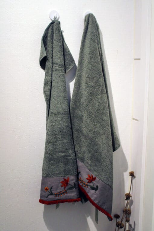 Grønt håndklædesæt med håndlavet broderi