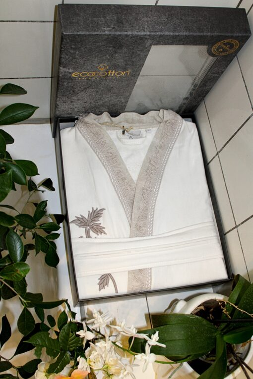 Luksus dame badekåbe i hvid med motiver i dekorativ gaveæske