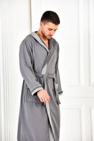 Økolgisk badekåbe til herrer i grå med bort og hætte